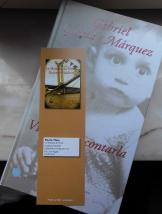 Aline du blog Les Livres d'Aline va lire Gabriel Garcia Marquez avec un marque-page du Mystère du pont Gustave-Flaubert