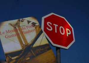 Un Chocolat dans mon roman vous invite à vous attarder sur Le Mystère du pont Gustave-Flaubert