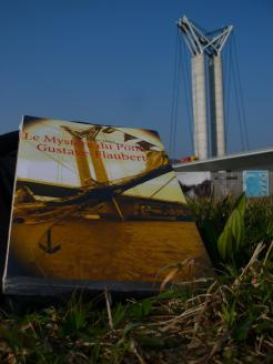 Achille de Livraddict va bientôt lire Le Mystère du pont Gustave-Flaubert