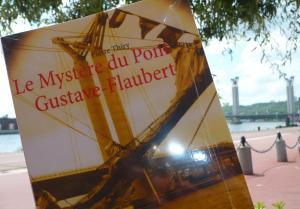 BOIRES ET DÉBOIRES D'UN ZÉRO MASQUÉ vous invite à lire Le Mystère du pont Gustave-Flaubert